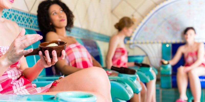 Frauen entspannen im Dampfbad
