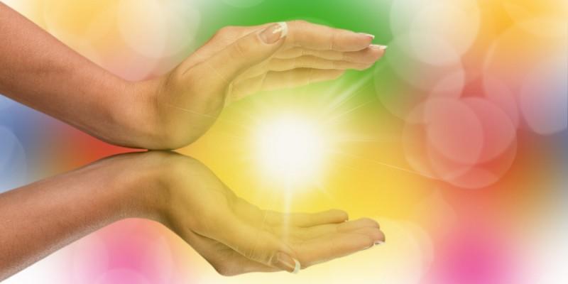Licht strahlt durch die Hände