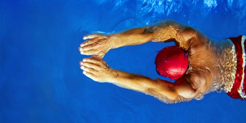 Schwimmer mit roter Badekappe