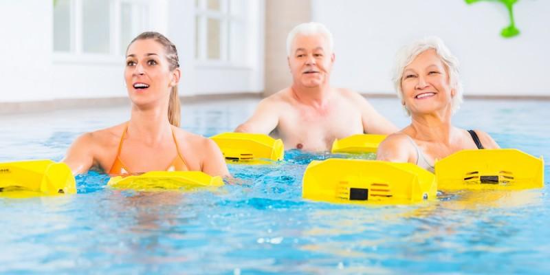 Menschen bei der Wassergymnastik