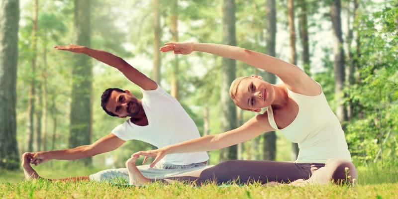 Paar beim Yoga im Wald