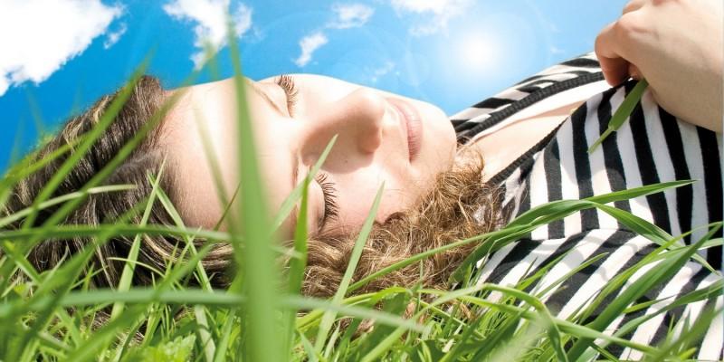 Frau entspannt sich im Freien