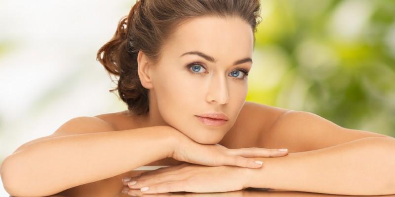 Gepflegte Frau mit seidenglatter Haut