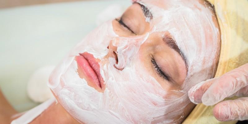 Frau mit Peelingmaske im Gesicht
