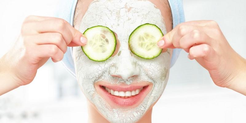 Gesichtsmaske mit Gurkenscheiben