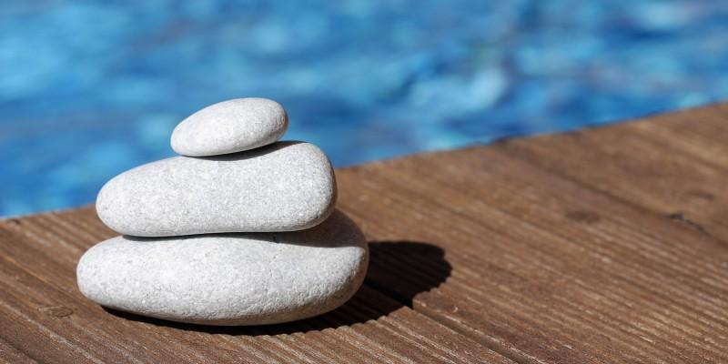 Steine auf Holzsteg